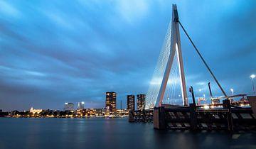 Rotterdam , Skyline ; Bridge at blue hour sur PJS foto