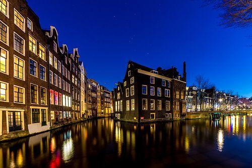 De grachten van Amsterdam naar de Wallen in avondlicht