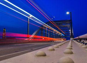 John Frost brug, Arnhem tijdens het blauwe uurtje. van Sharon Hendriks