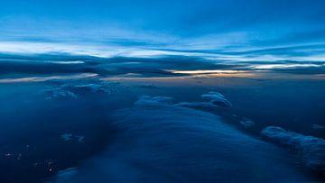Blauw uur boven de wolken van Denis Feiner