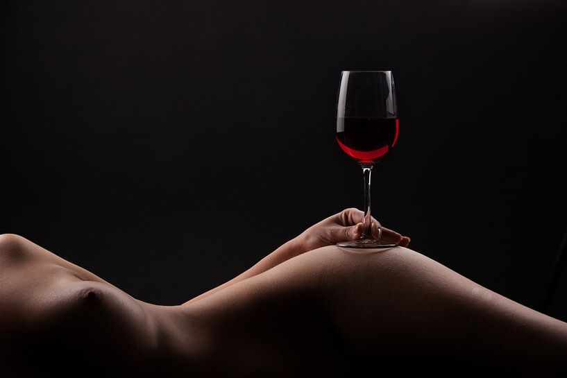 Red wine on a woman body van Leo van Valkenburg