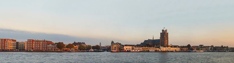 Skyline van Dordrecht in het laatste avondlicht. van Jan Koppelaar