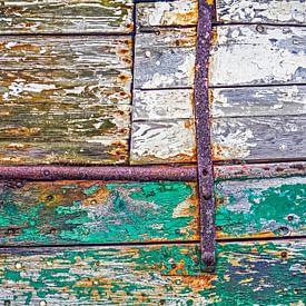 Holzerner Schiffsrumpf mit Rost und abblätternde Farbe von Frans Blok