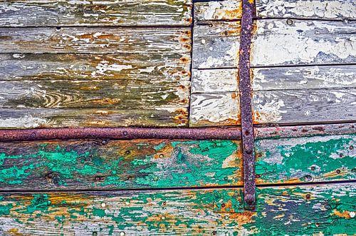 Houten scheepsromp met roest en afbladderende verf