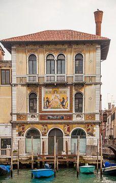 Oud paleis met mozaiek in centrum van Venetie, Italie van Joost Adriaanse