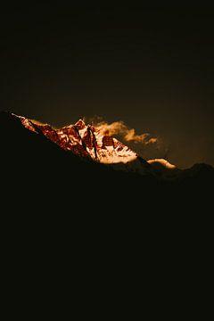 Een Nepalese bergtop vangt het laatste licht