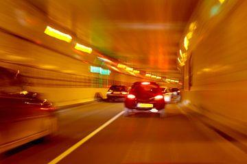 Autofahren in einem Tunnel bei Nacht in den Niederlanden von Nisangha Masselink