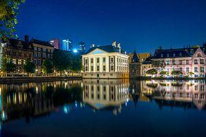 Het Mauritshuis en de Hoftoren aan de Hofvijver in de nacht