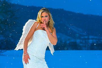 Engel in de sneeuw van Tom River Art