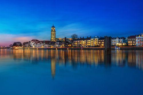 Blauw uur stadsaanzicht van Deventer met reflectie