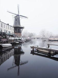Molen De Adriaan tijdens koude witte winterochtend
