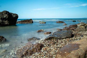 de zee met rotsen en kiezelstrand van Eline Oostingh