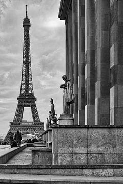 Les statues et la tour Eiffel sur Marcel Kool