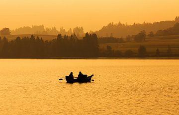 Zwei Angler im Ruderboot auf dem See im Sonnenuntergang von Frank Herrmann