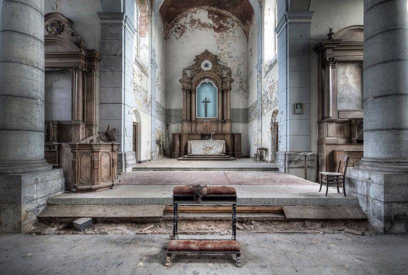 Verlassener Kirchenaltar. von Roman Robroek
