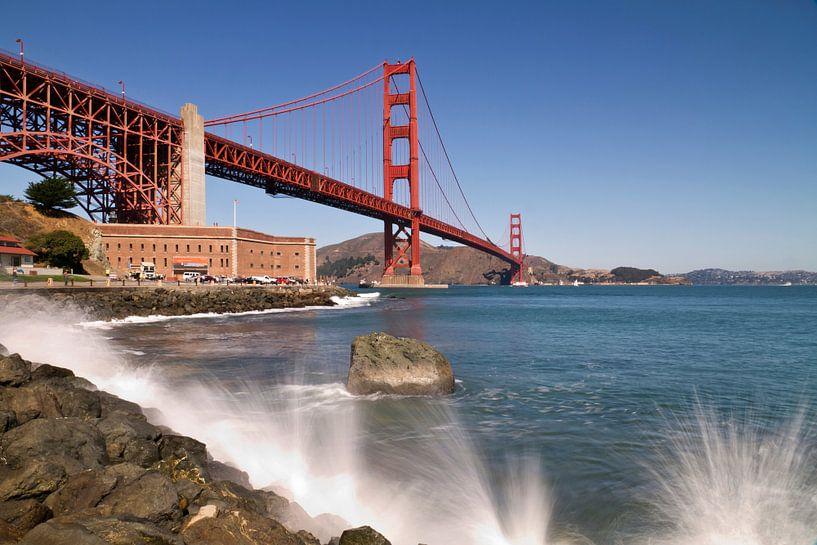 Golden Gate Bridge - Waterside van Melanie Viola