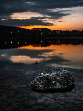 Zonsondergang bij het meer met een steen op de voorgrond van Oleg-Pitkovskiy-Art