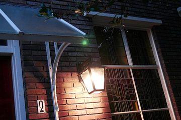 Utrecht - Lamp bij glas in lood van Wout van den Berg
