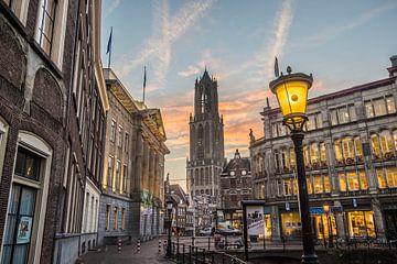 Stadshuisbrug en de Domtoren bij ochtendlicht van