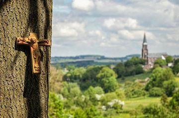 Vergezicht met boomkruis en Sint Martinuskerk von John Kreukniet