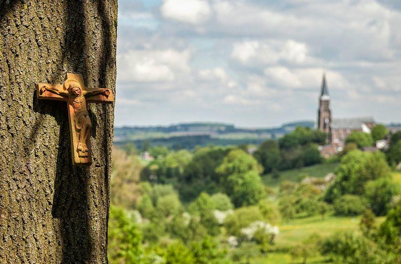 Vergezicht met boomkruis en Sint Martinuskerk van John Kreukniet