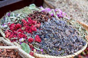 Bunte getrocknete Blumen und Kräuter zum Verkauf in einem Souk (Markt) in Marrakech, Marokko von WorldWidePhotoWeb