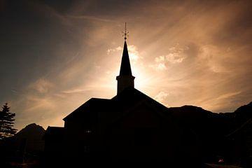 Silhouet van een Noors kerkje van Coos Photography