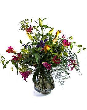 Boeket fleurige bloemen in een glazen vaas van Atelier Liesjes