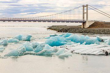 Bridge over a river with ice near the Jökulsárlón lake in Iceland sur Hein Fleuren