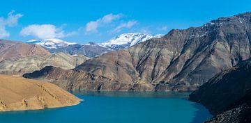 Panorama van een prachtig blauw meer in Tibet van Rietje Bulthuis