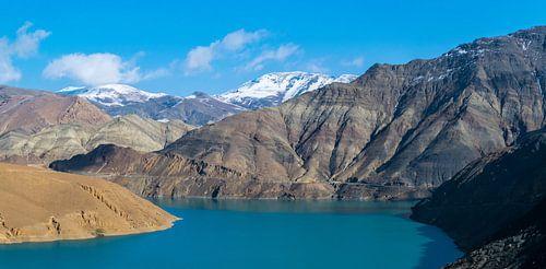 Panorama van een prachtig blauw meer in Tibet