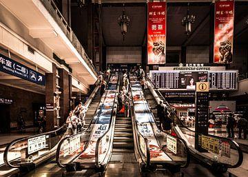 Roltrappen op een station ergens in China van Claudio Duarte