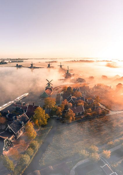 De Zaanse Schans in de mist 1 van Ewold Kooistra