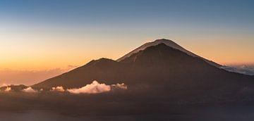 mt. Agung bei Sonnenaufgang von Colin van Wijk