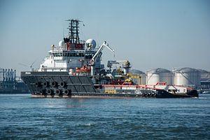 Sleepboot  in de Haven Rotterdam in het Callandkanaal.
