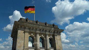 Deutscher Reichstag mit Deutschlandfahne von Gerwin Schadl
