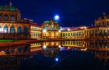 In de avond in de stad met verlichting en reflectie. van Mustafa Kurnaz