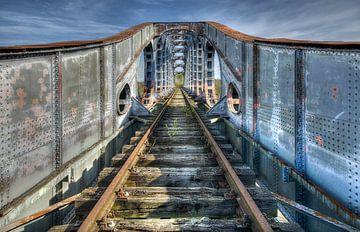 Eisenbahnbrücke in der Verwüstung von Erik Borst