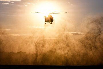 Cougar helikopter kruist de zon van Aron van Oort
