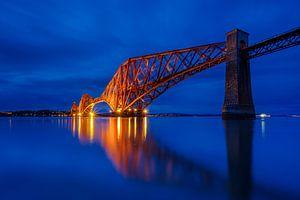 De Forth Bridge tijdens het blauwe uurtje van