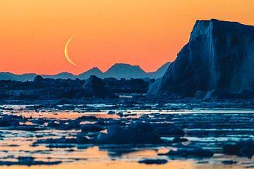Opkomende maan boven ijsschots bij oranje zondersondergang van Martijn Smeets