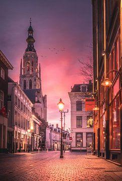 Pittoreske Bredase straat tijdens magische zonsondergang van Jesper Stegers