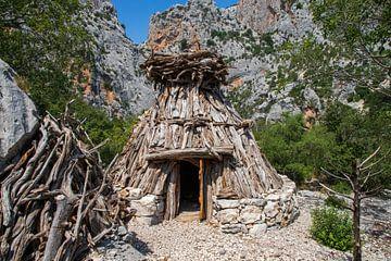 Houten huis Nuraghi van  Sardinië van Ton Tolboom
