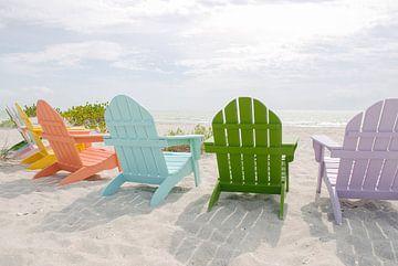 Gekleurde stoelen op het strand | Florida | Strand Fotografie | Zomergevoel van Mirjam Broekhof