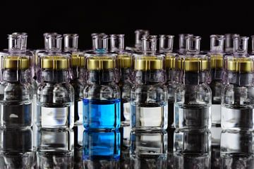Glasampullen vor dunklem Hintergrund von Ulrike Leone