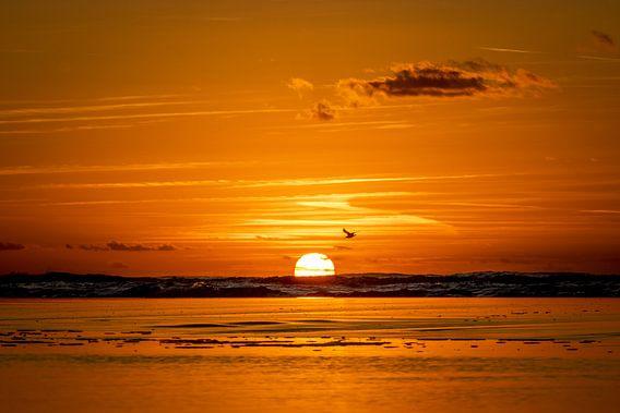 Zonsondergang aan zee van Gonnie van de Schans