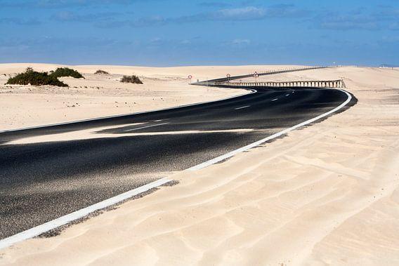 Geasfalteerde snelweg bij Olivia op Fuerteventura
