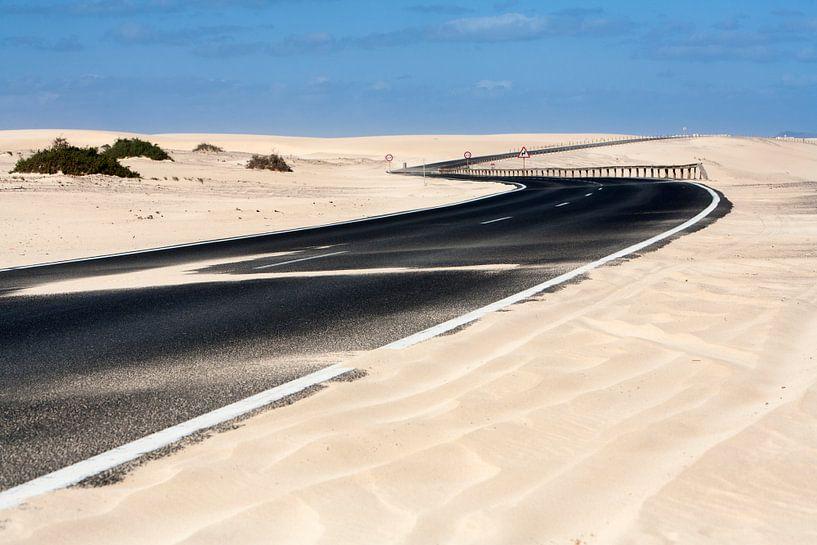 Geasfalteerde snelweg bij Olivia op Fuerteventura van Peter de Kievith Fotografie