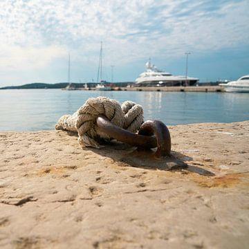 Touw voor het aanmeren van schepen en vissersboten aan een aanlegsteiger in de haven van Pula
