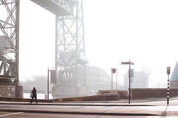 De mist trekt op bij de brug De Hef in Rotterdam van Moniek Kuipers